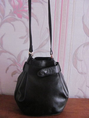 Шикарная натуральная кожаная сумка необычной формы Sabrina
